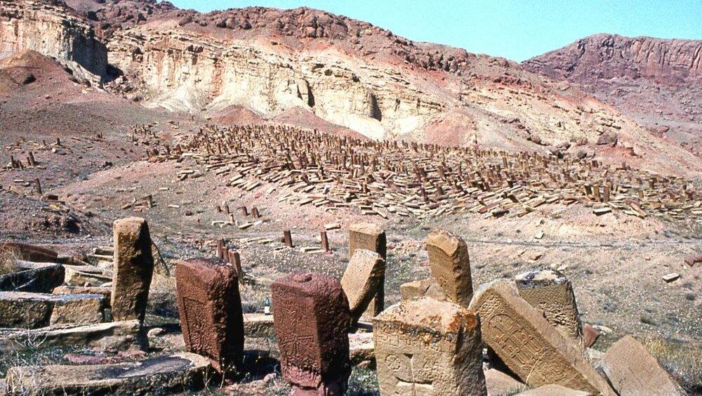 Крупнейшее в мире средневековое армянское кладбище в Джульфе – «поле хачкаров» до его уничтожения в 1996-2005 годах. Хачкар – прямоугольные мемориальные стелы с резными крестами присущи исключительно армянскому национальному искусству (фото из открытых источников).